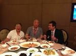 Prof.Link mit zwei sehr bekannten Chirurgischen Professoren anläßlich eines Kongress-Empfangs 07 2013 in Nanjing: Der beidhändige Chirurg verblüfft die Gastgeber durch beidhändiges Essen mit Stäbchen.